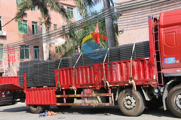 江门某工厂在东莞钢筋网生产厂家加工定制钢筋网2000张出货现场